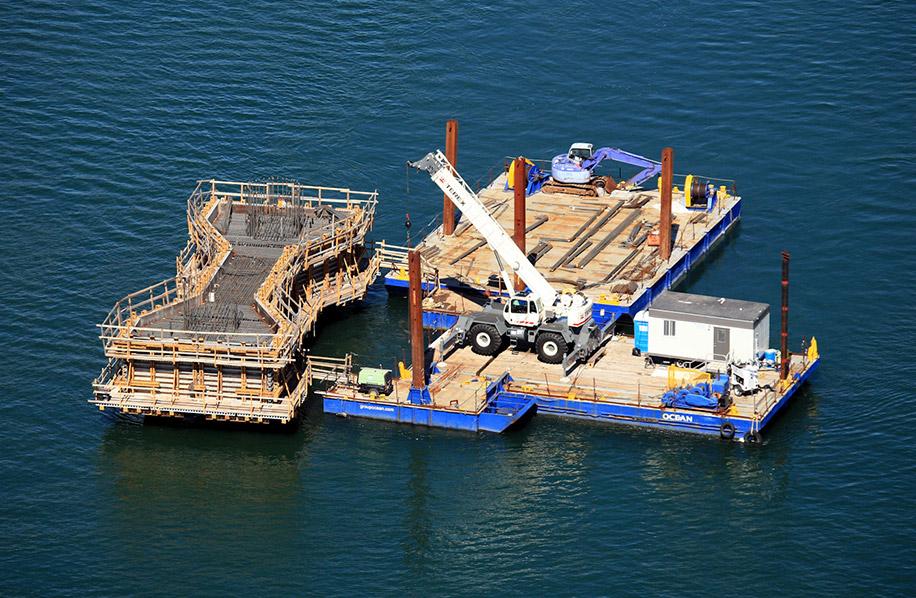 Construction_barges_grue_champlain_fleuve_Ocean_2009