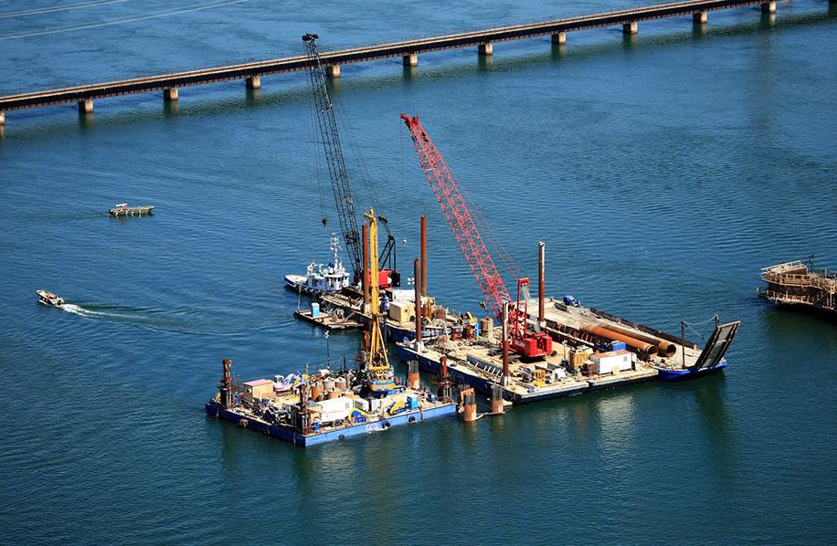 Construction_pont_barges_pont_champlain_fleuve_pilier_Ocean_2009